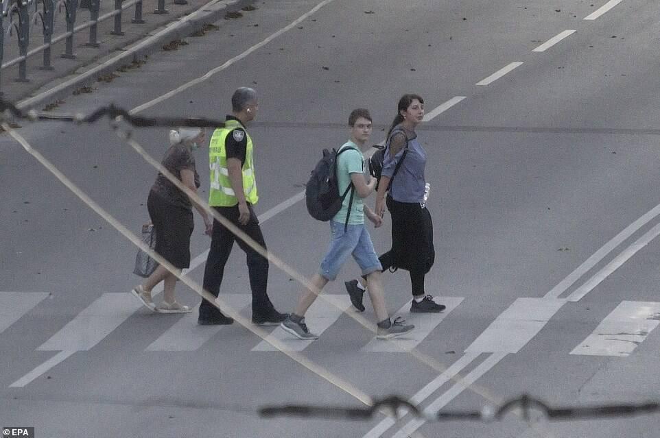 Первые освобожденные заложники рядом с переговорщиком.