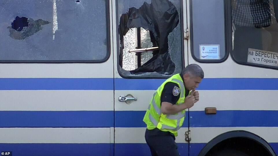 Полицейский у автобуса с захваченными пассажирами.