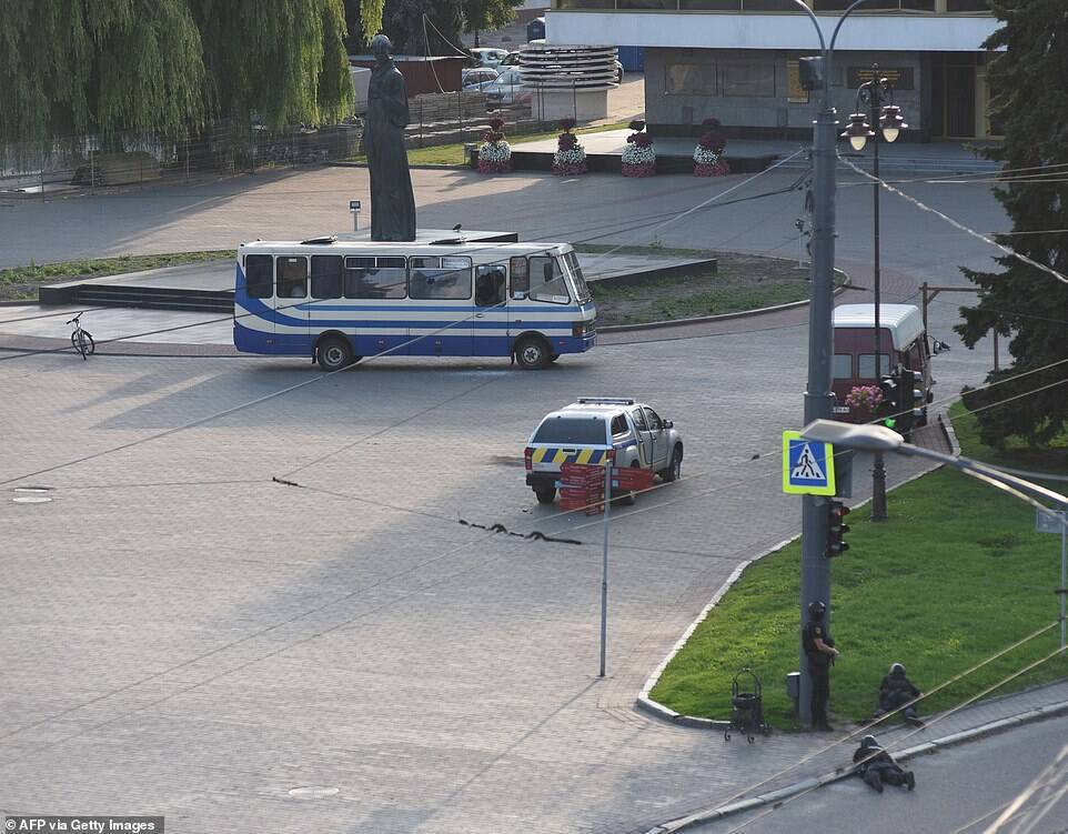 Силовики прячутся недалеко от автобуса.