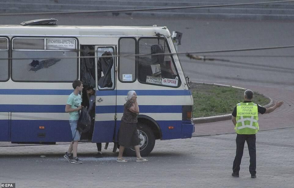 Пассажиры покидают автобус.