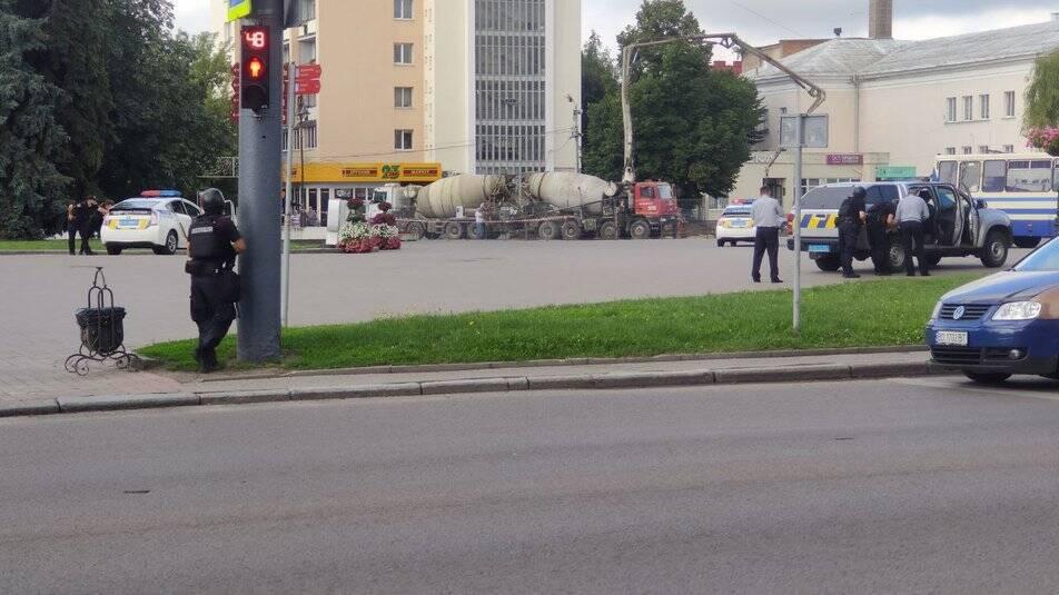 В Луцке захватили автобус с людьми