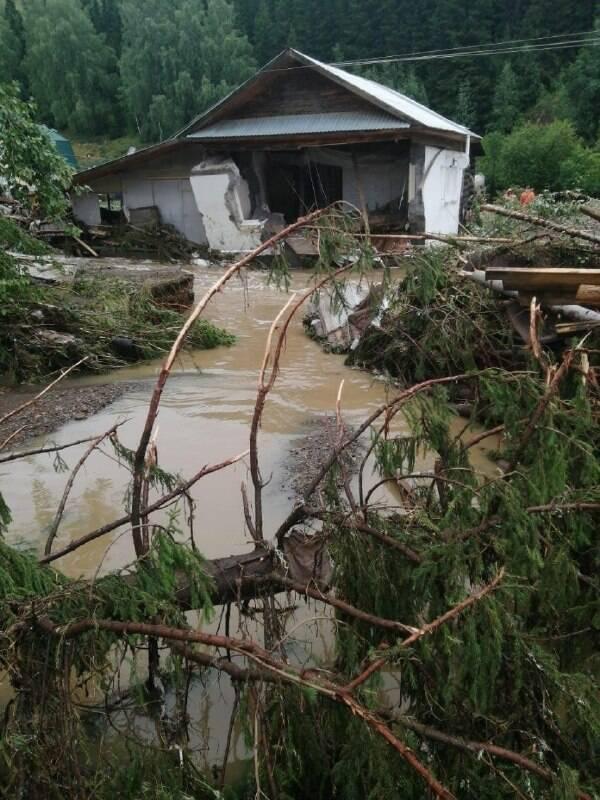 Разрушенный водой дом