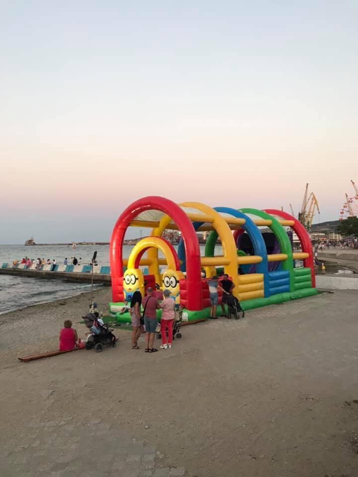 В Феодосии на пляже стоят батуты