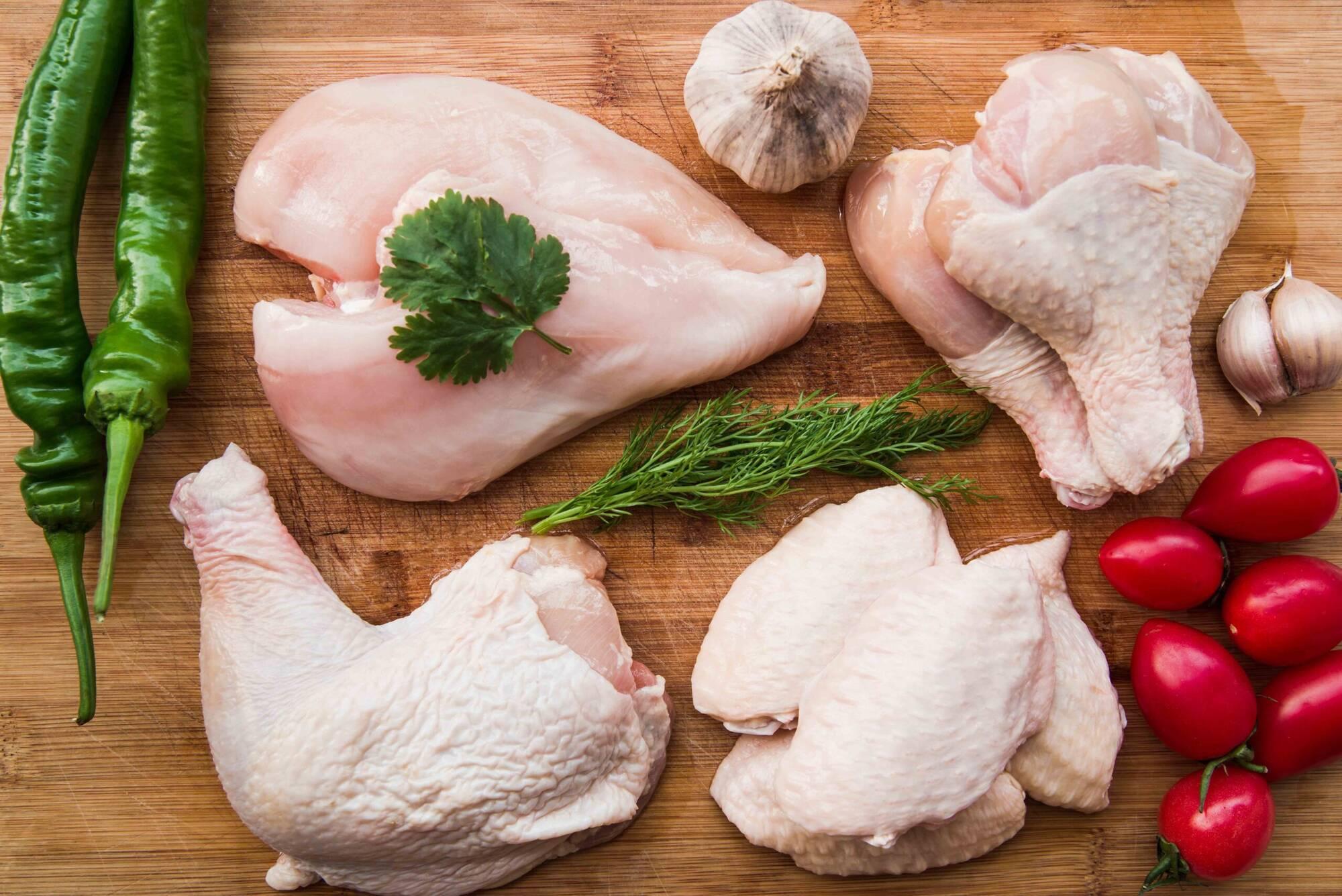 Визуальный осмотр позволит оценить чистоту мяса и его свежесть по цвету: филе должно быть бледно-розовым, а кожица - желтая с розовым оттенком
