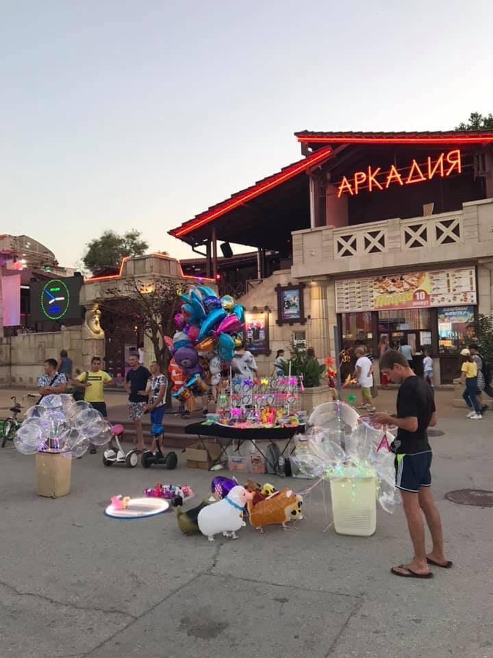 В Феодосии повсюду продают китайские сувениры