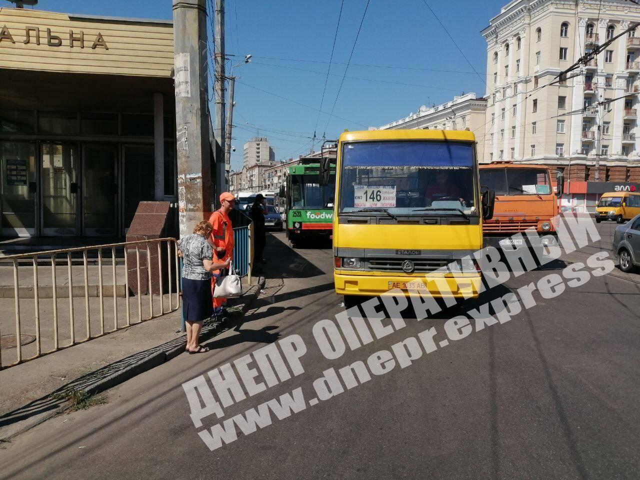 В Днепре столкнулись грузовик и маршрутка: пострадала женщина