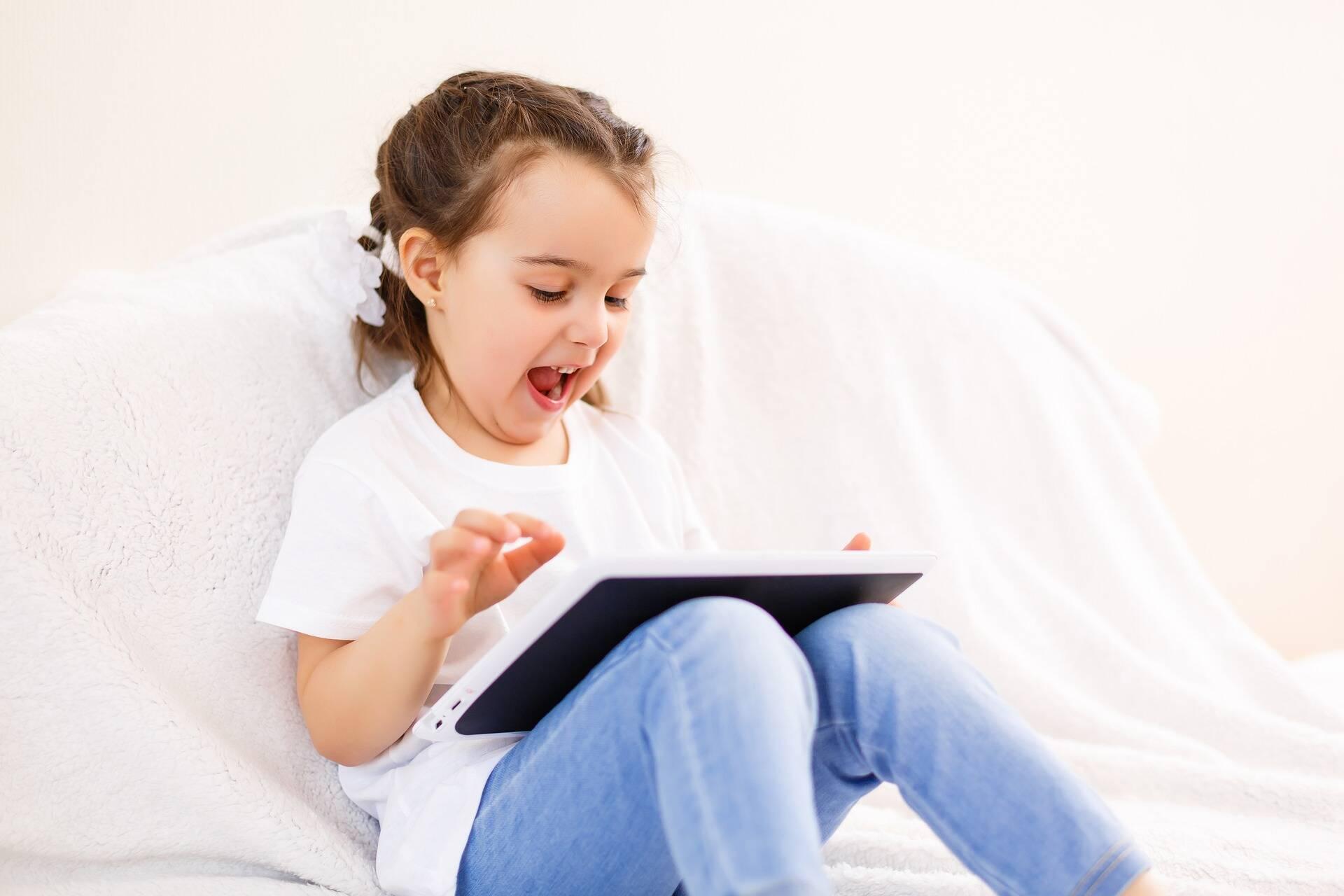 Стоит уделять больше времени ребенку, гулять с ним, играть в развивающие игры