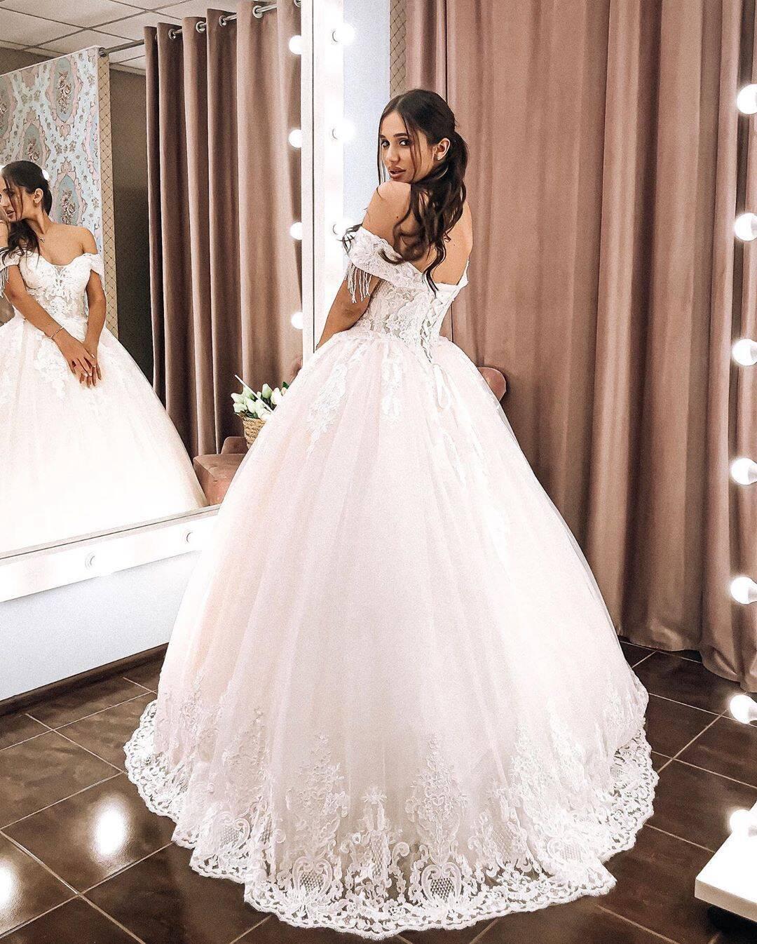 Даша Ульянова приміряла весільну сукню