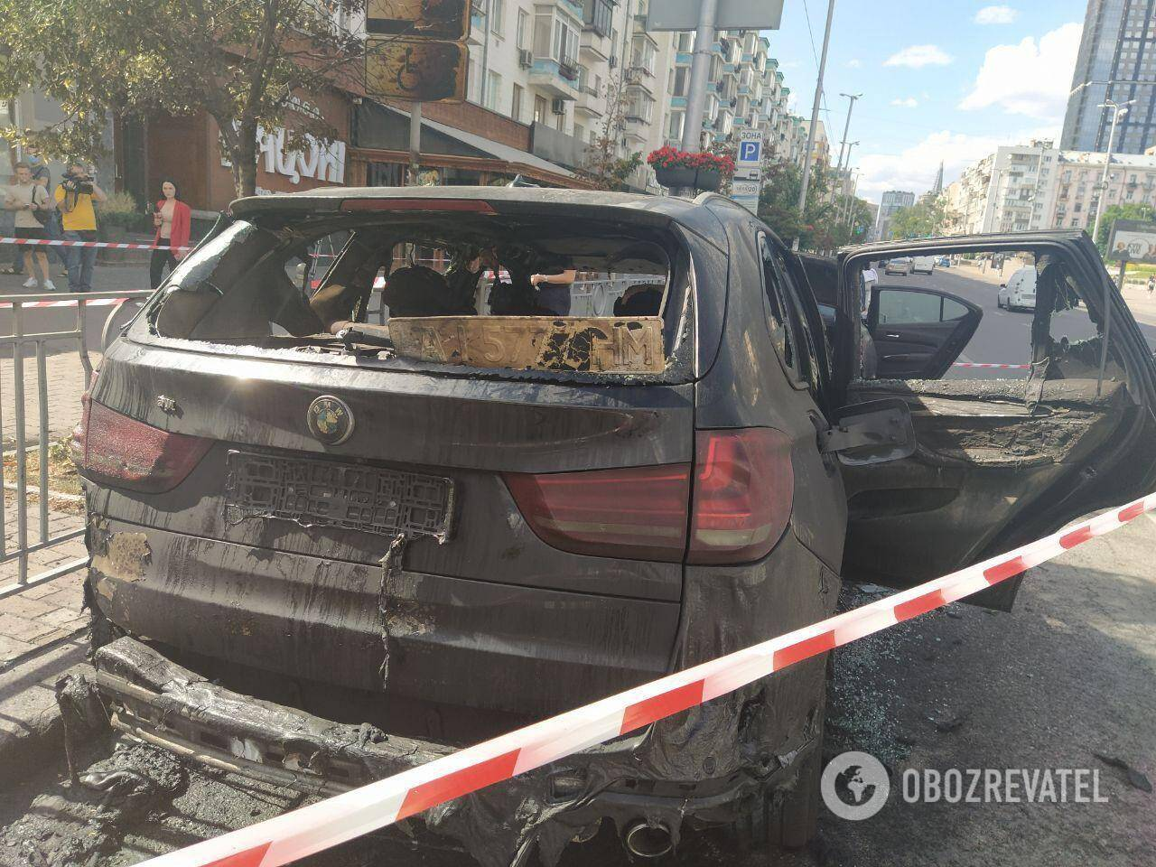 В центре Киева средь бела дня сгорели два авто