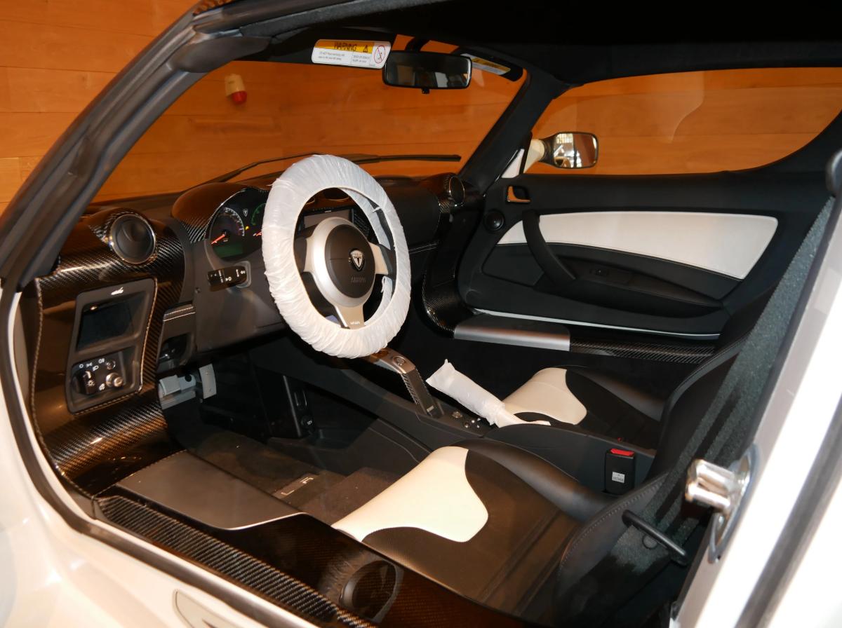 Салон Tesla Roadster выглядит отлично, ведь на машине почти не ездили.