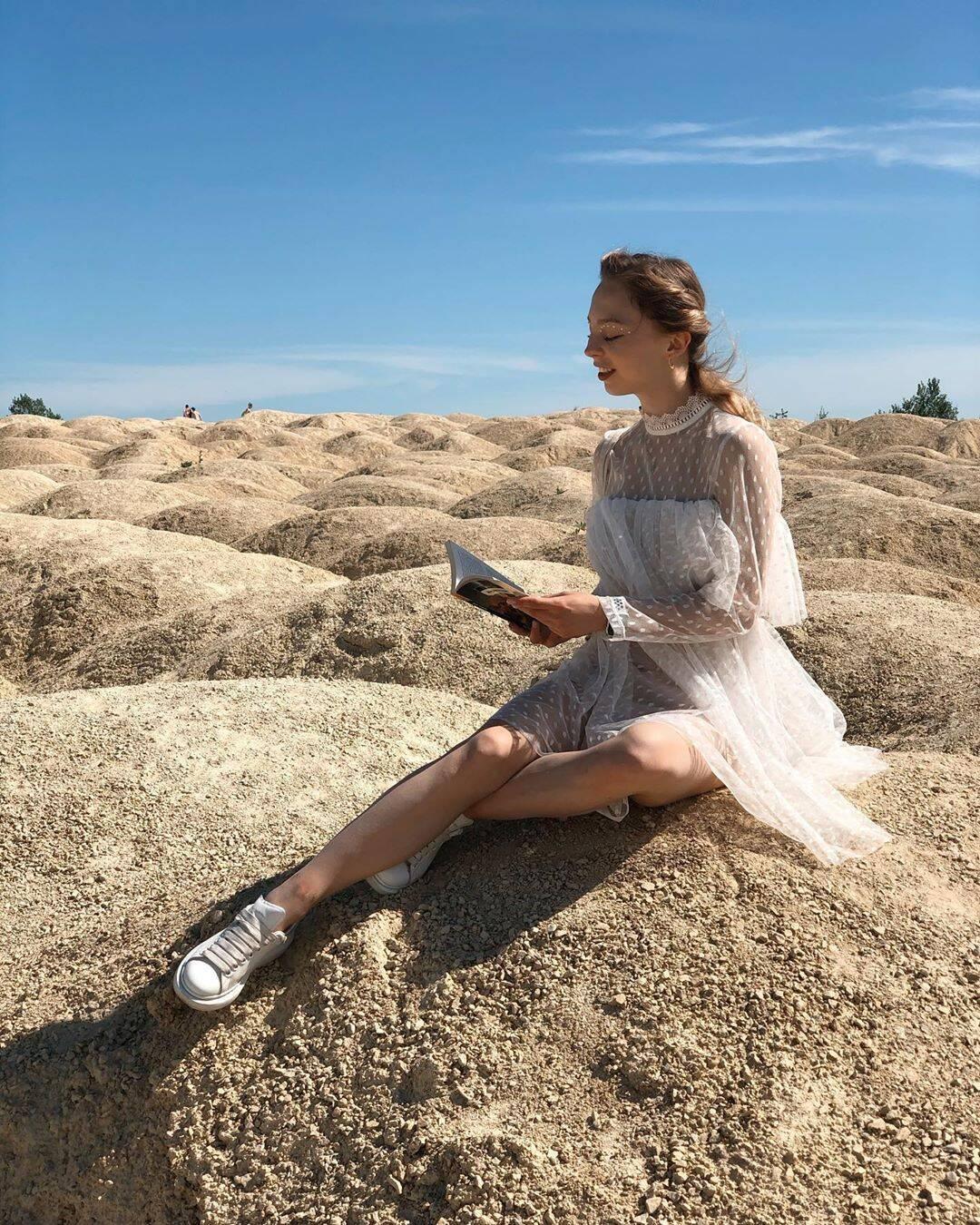 Олександра Бойкова і пустельний пейзаж