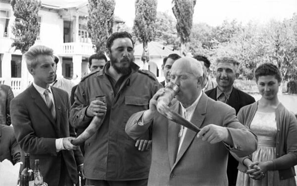 Никита Хрущев и Фидель Кастро во время визита в Грузию