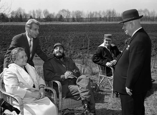 Хрущев и его супруга принимают у себя на даче Фиделя Кастро