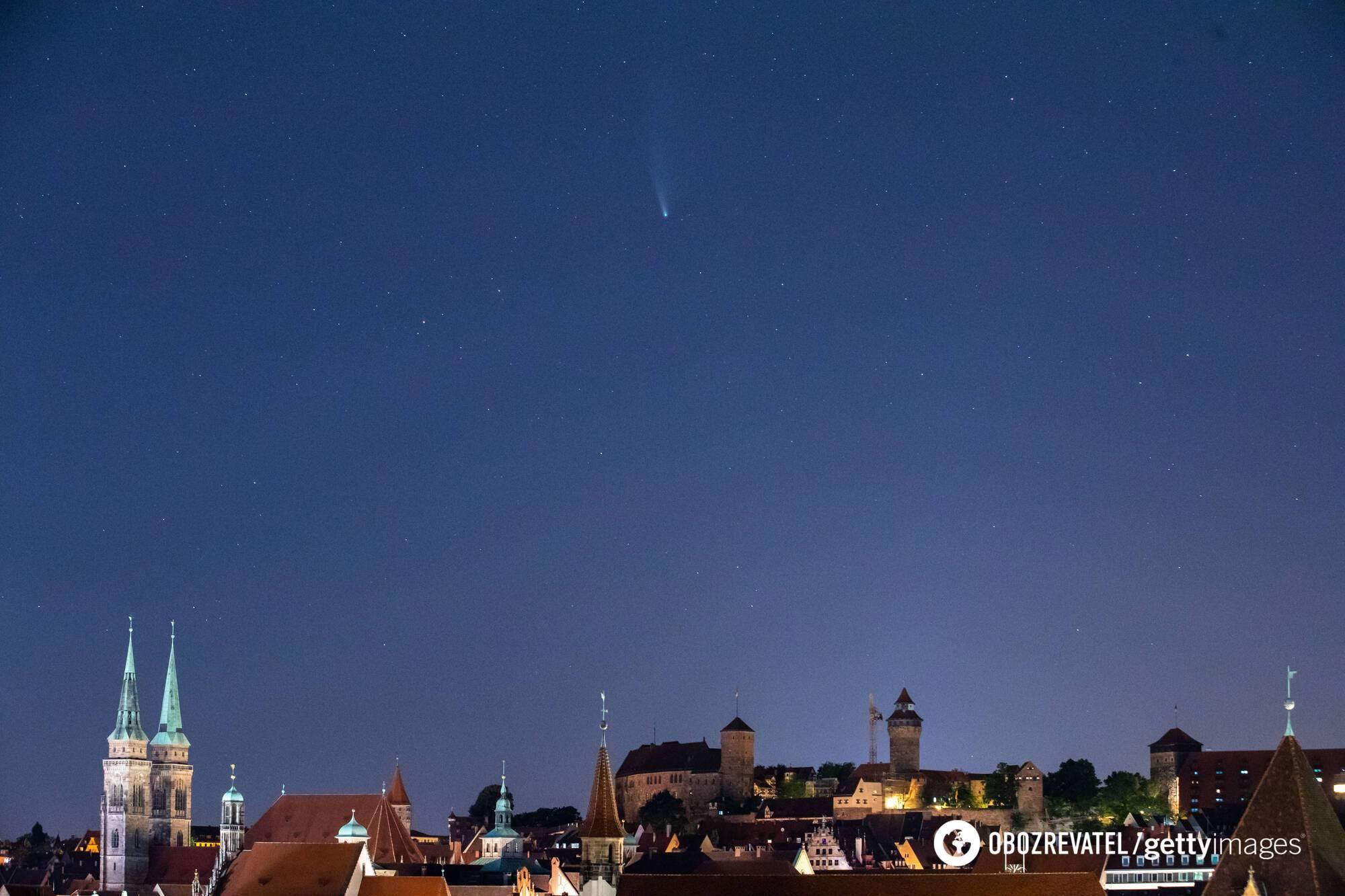 Комета Neowise над Землей