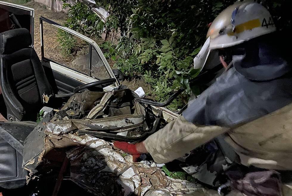 На Дніпропетровщині авто на швидкості розбилося об дерево