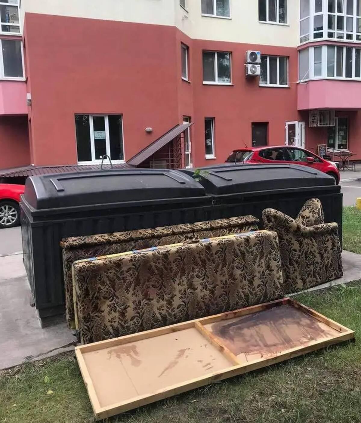 Диван, на якому помер Олексій Кучапін, знайшли викинутим і в крові.