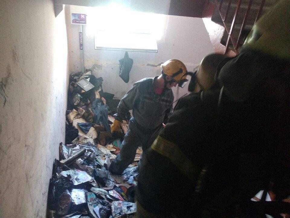 У Києві спалахнула масштабна пожежа в житловому будинку, на балконі згоріла жінка