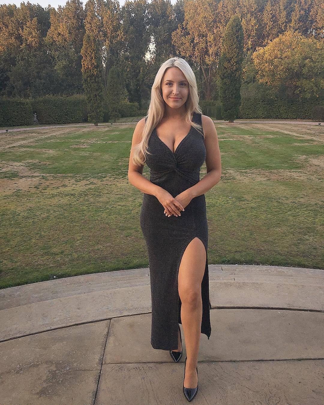 Емма Джонс у чорній сукні