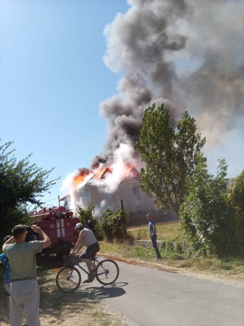 Будівля загорілася вранці.