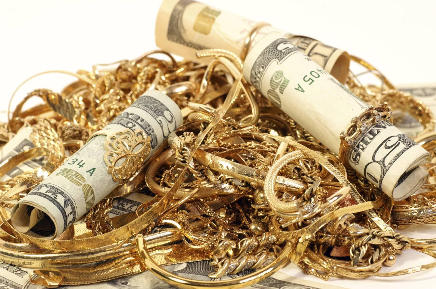 Грабители срывают золотые украшения с женщин.