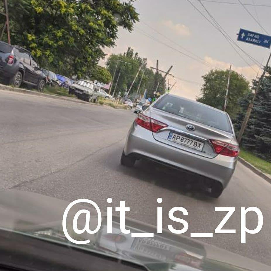 Два авто с одинаковыми номерами, замеченный в Запорожье.