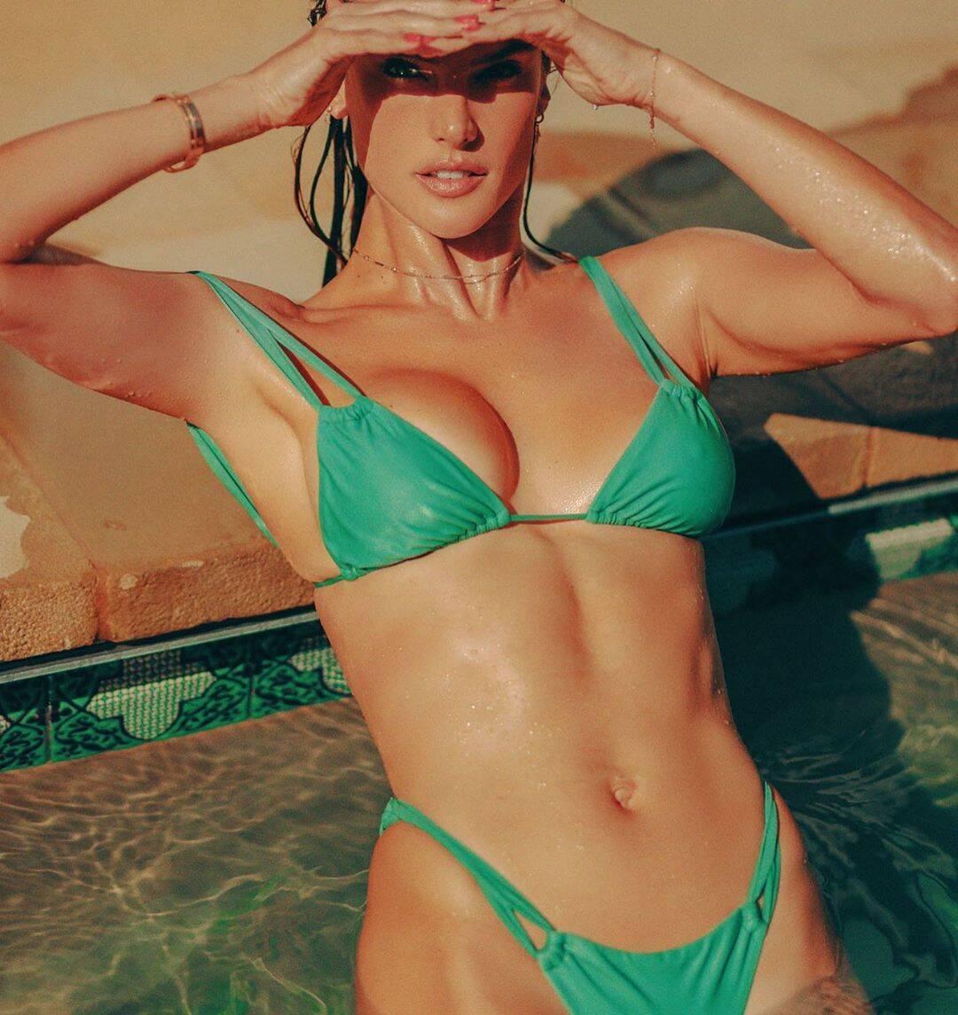 Ангел Victoria's Secret показала стройную фигуру в купальнике