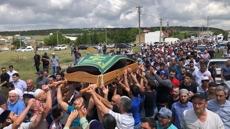 Больше тысячи человек прощаются с Сулеймановым