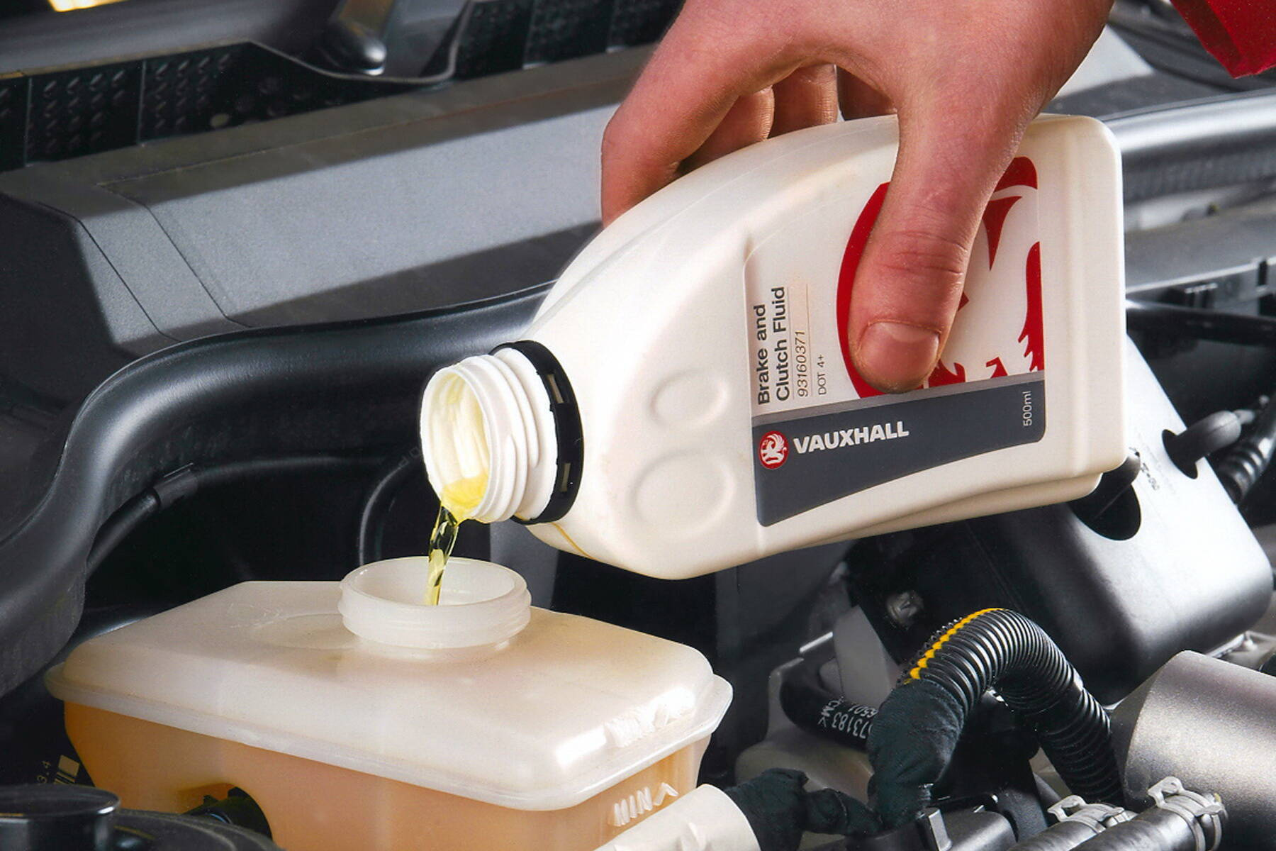 Тормозную жидкость необходимо регулярно менять на новую. Фото: