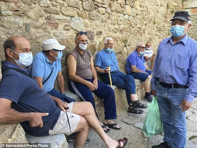Люди на острове близко общаются друг с другом, но коронавирусом никто не заболел