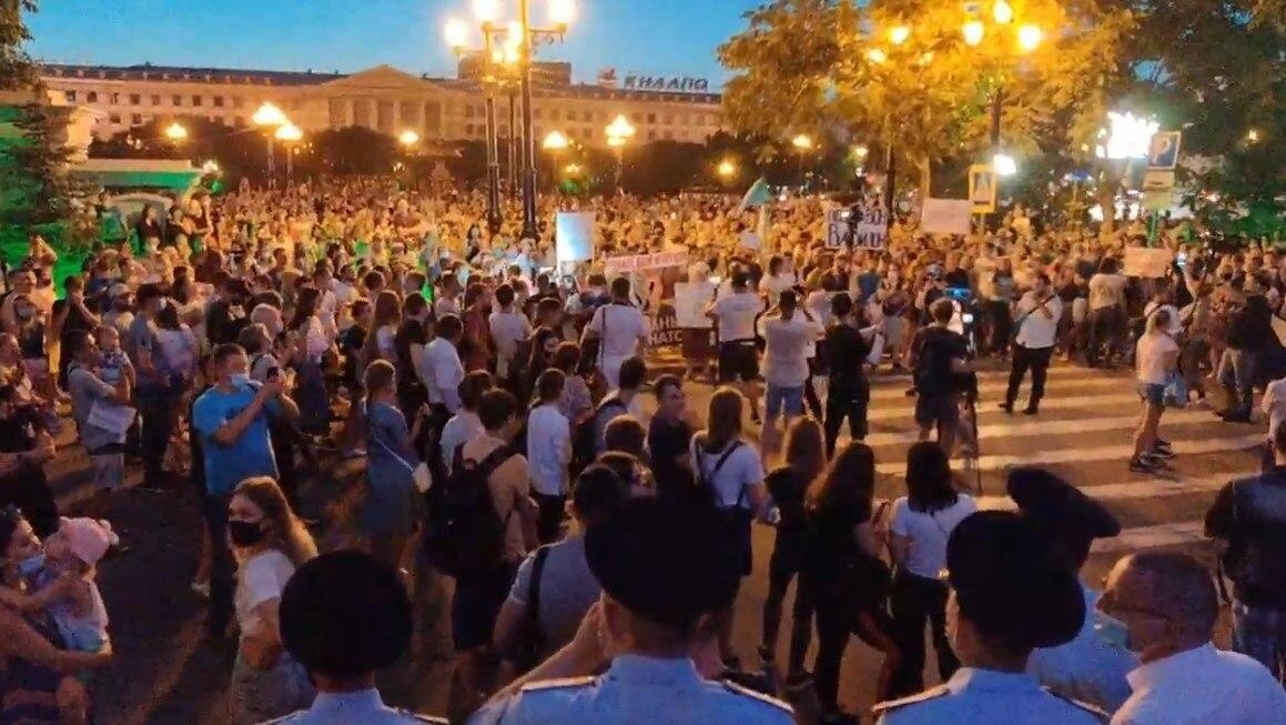 Люди протестують проти затримання ексгубернатора Сергія Фургала