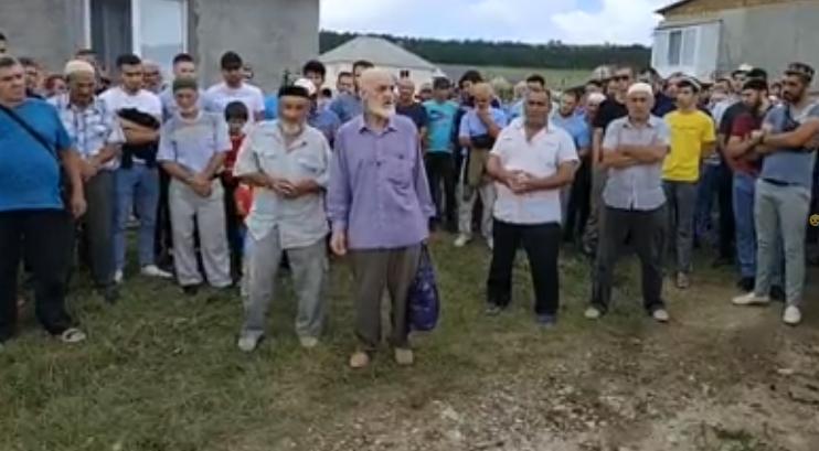 У дома Сулейманова собрались сотни людей