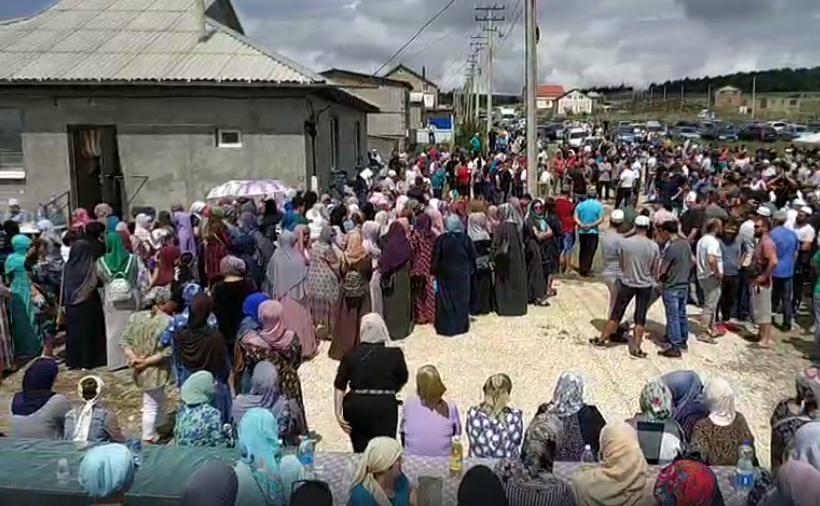 Сотни человек пришли проститься с ребенком
