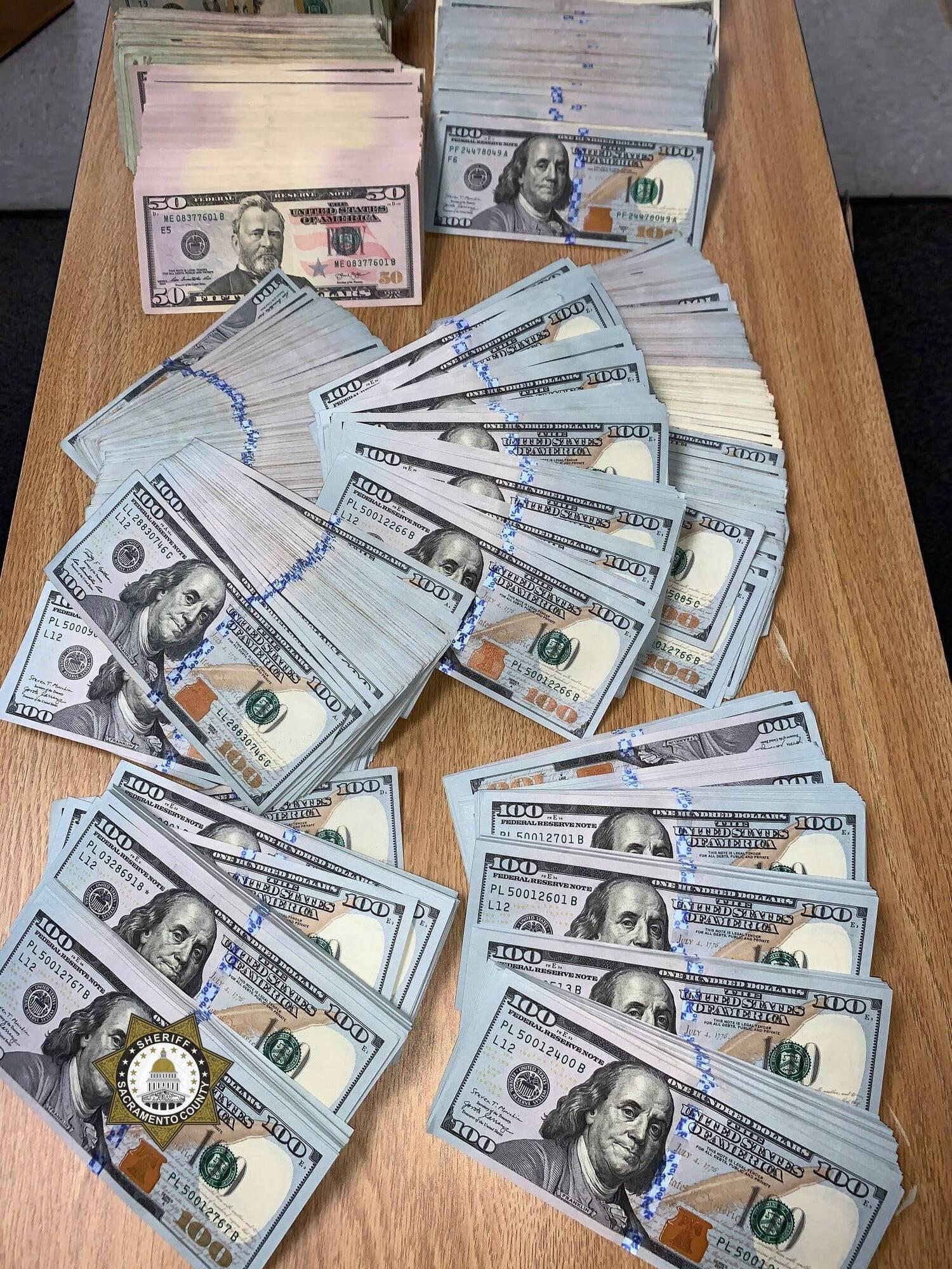 $300 000, которые нашла полиция при обыске.