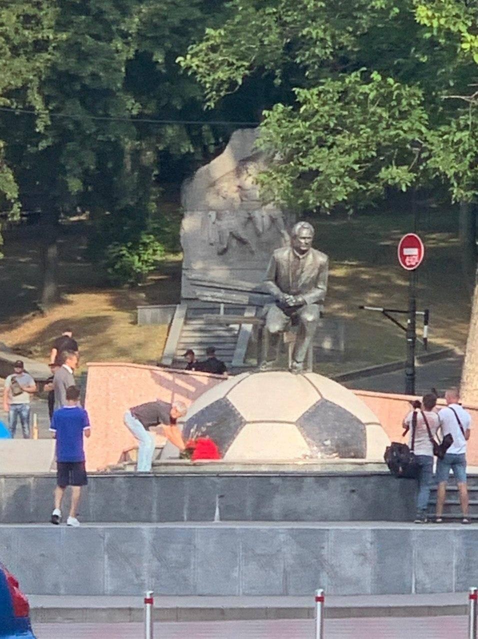 Мирча Луческу у памятника Лобановского