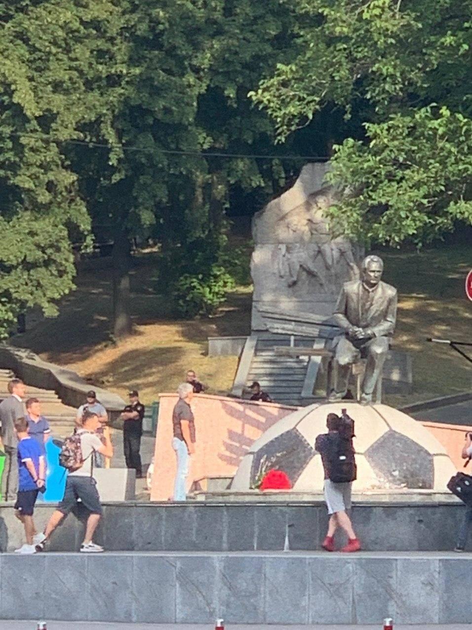 Мирча Луческу стоит у памятника Лобановского
