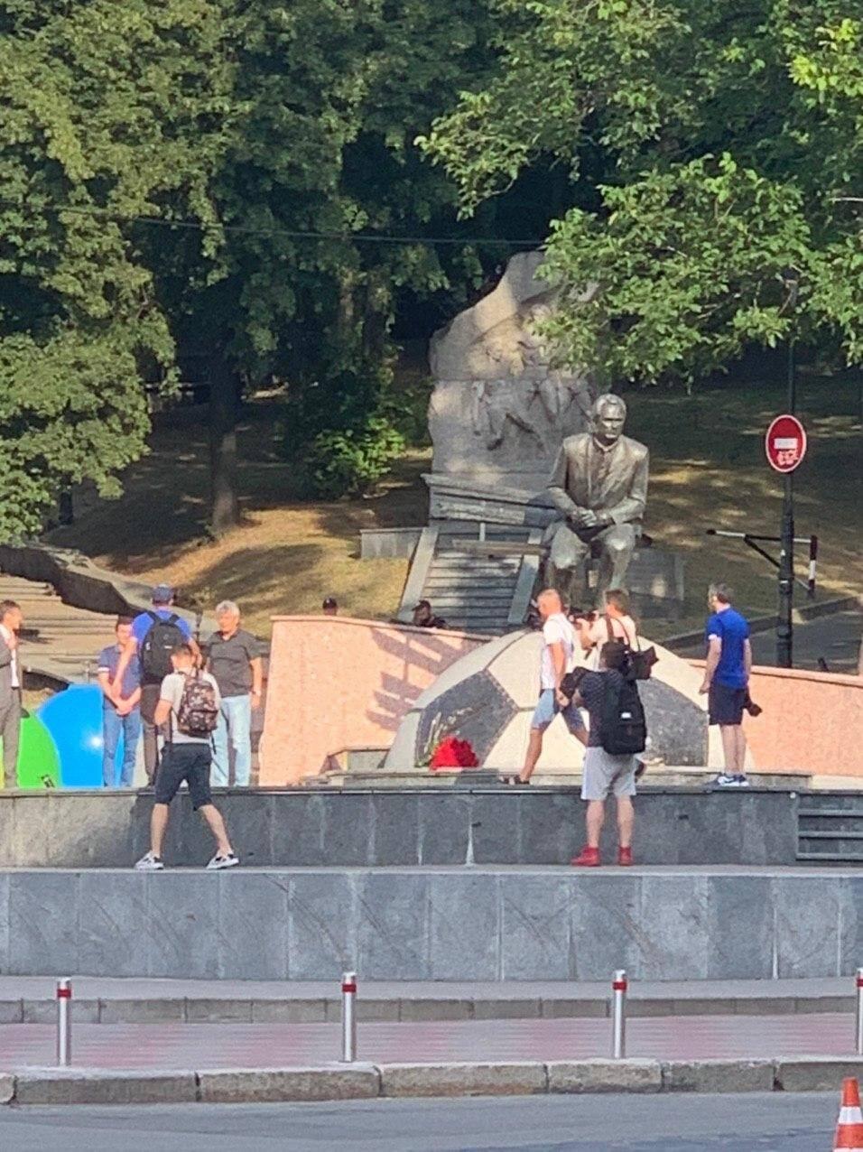 Мирча Луческу фотографируется у памятника Лобановского