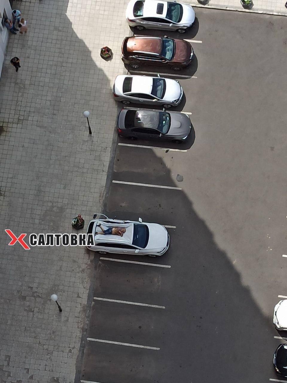 Мужчина упал на крышу автомобиля