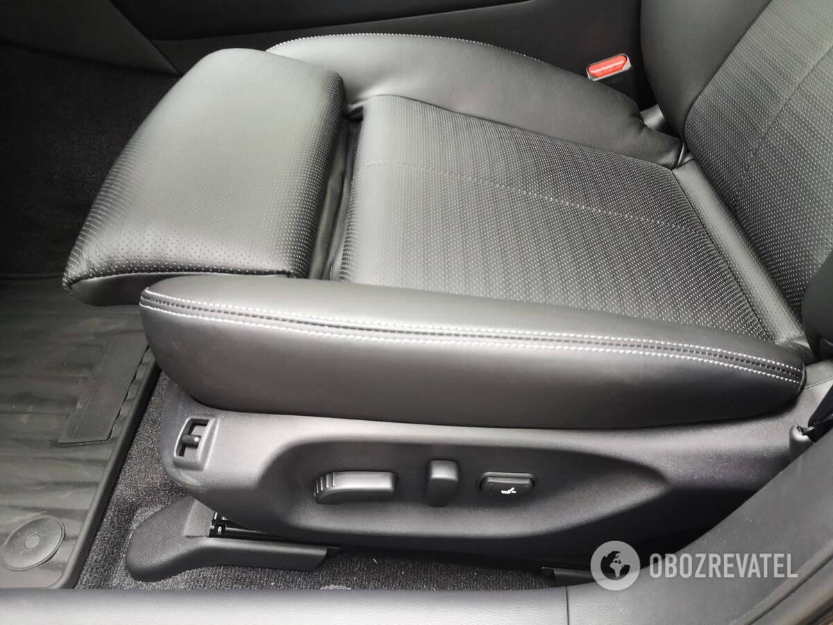 Водительское кресло имеет множество регулировок, включая подколенный валик и функцию регулировки боковой поддержки. Фото: