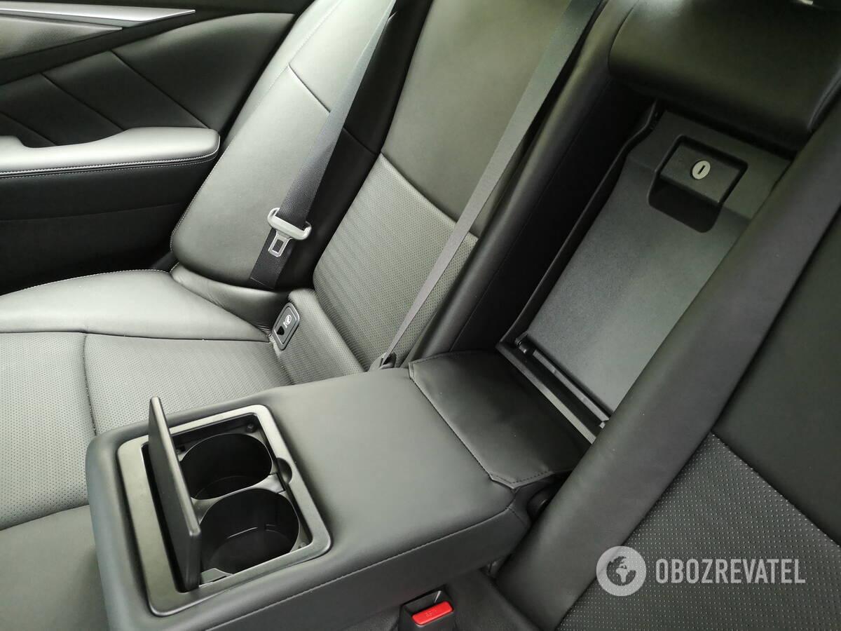 В центральном подлокотнике есть два подстаканника, а закрывающаяся панель на спинке заднего ряда обеспечивает доступ в багажник. Фото: