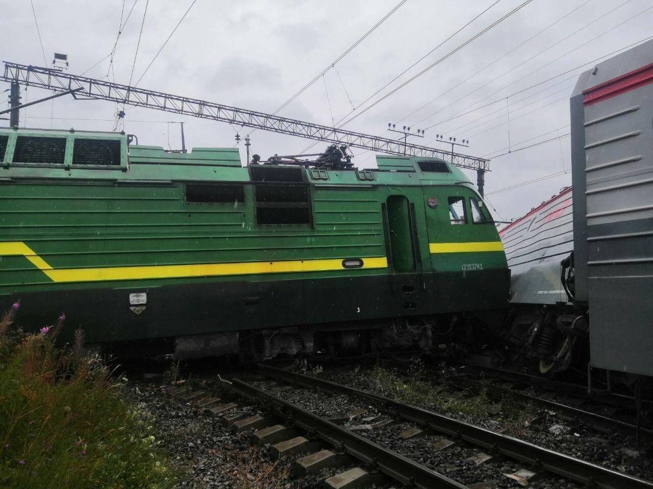Два грузовых состава столкнулись и сошли с рельсов во Фрунзенском районе Петербурга