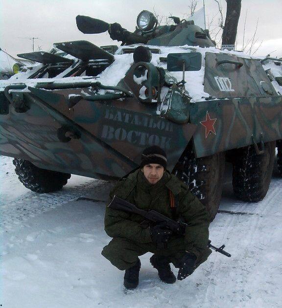 """Боевик """"ЛНР"""" выставлял фото на фоне военной техники оккупантов"""