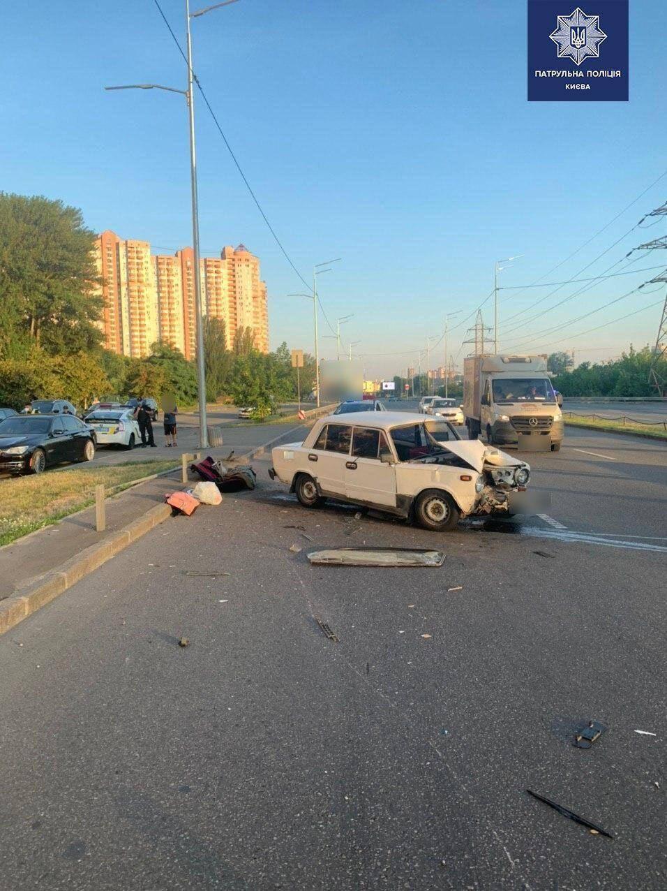 В Киеве авто врезалось в отбойник, пострадали дети