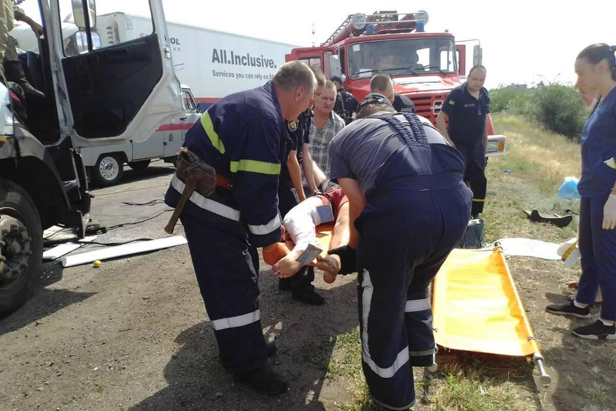 На Днепропетровщине фуры устроили лобовое ДТП: водителя вырезали из кабины