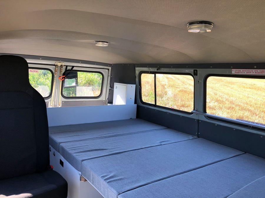 Внутри УАЗ-2206 удалось разместить полноценную кровать.
