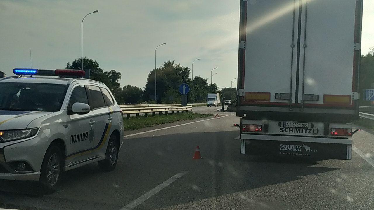 Легковой автомобиль, пытаясь избежать столкновения с грузовиком, врезался в отбойник