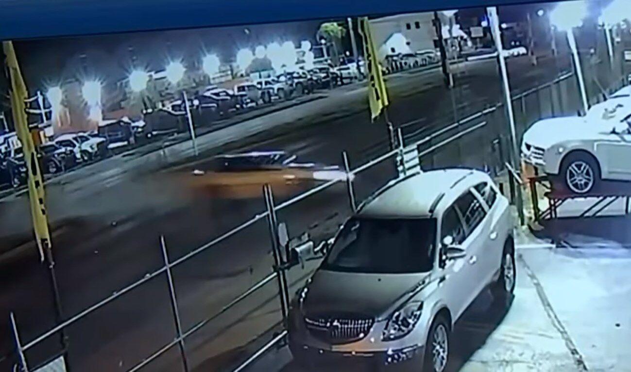 У США водій залетів на парковку і влаштував масштабну ДТП.