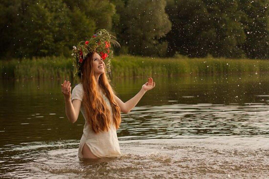 С помощью гаданий молодые девушки на Ивана Купалу пытаются узнать свое будущее