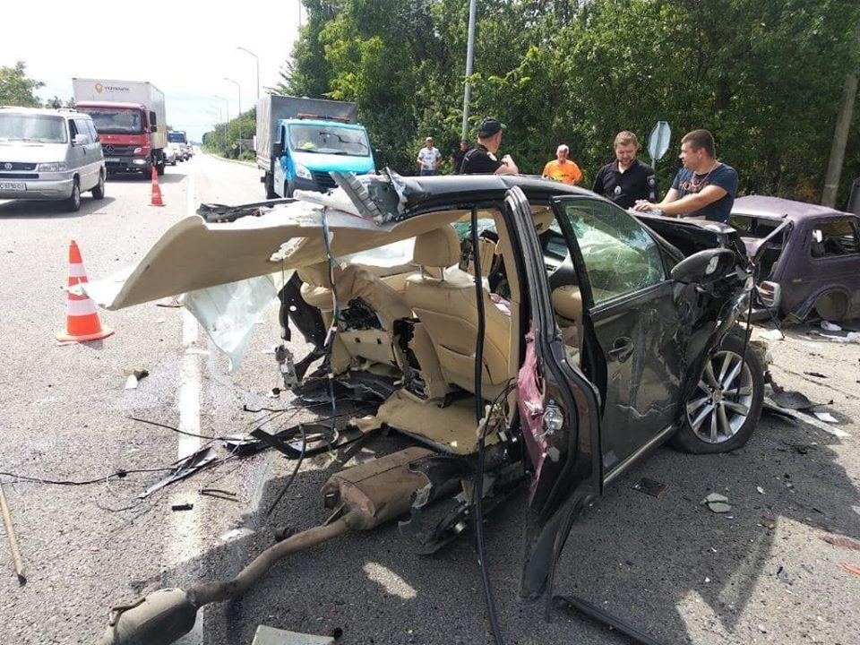 Авто разорвало на части