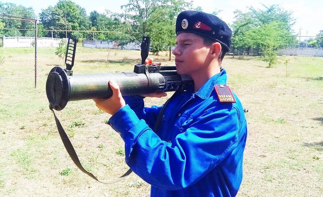 Хлопчик з Криму тримає муляж гранатомета
