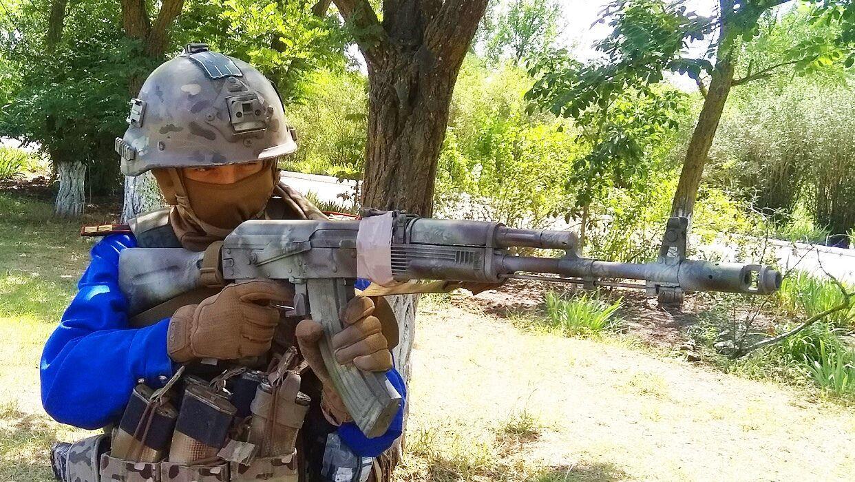 Дитина вчиться стріляти з гвинтівки